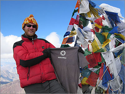 Eric Case, proudly displaying his DF T-shirt atop Stok Kangri